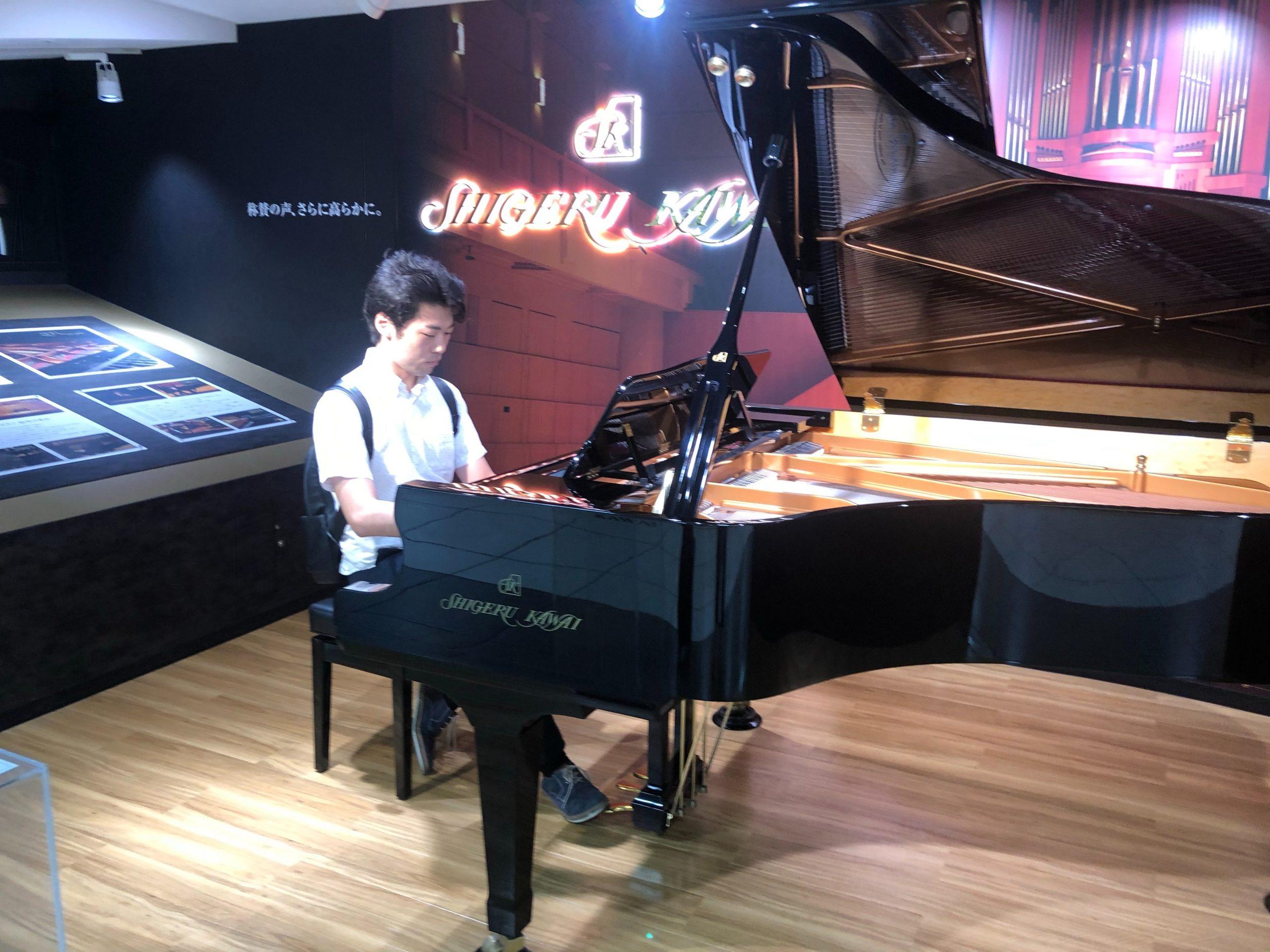 駅ピアノでリュック背負いながら弾きました。@浜松駅